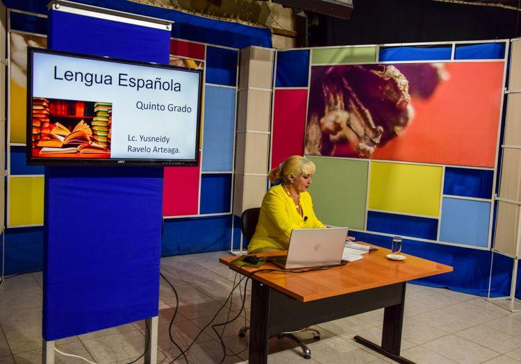 Yusneivys Ravelo Artiaga en la grabación de clase de Español para 5to grado.