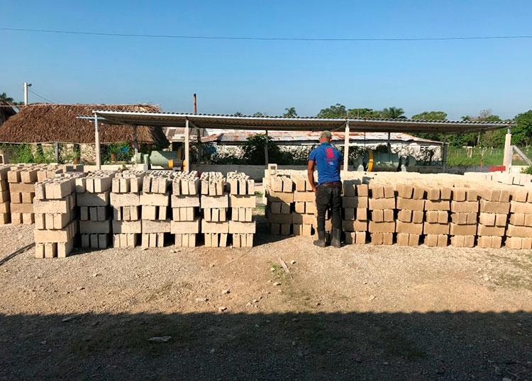 El centro de producción local de materiales de la construcción del territorio tiene la capacidad productiva para garantizar dos viviendas diarias. / Foto del autor