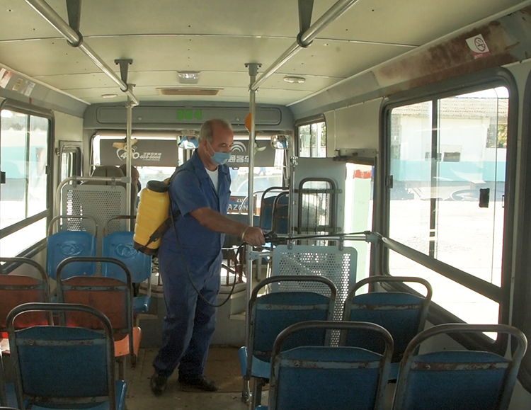 La desinfección de los ómnibus que intervienen en la transportación de pasajeros, forman parte de los protocolos establecidos para evitar la propagación del SARS-Cov-2