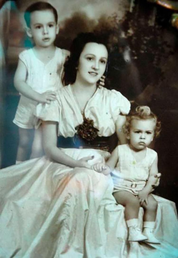 Esther Montes de Oca junto a sus hijos Sergio y Luis. / Foto: Juventud Rebelde