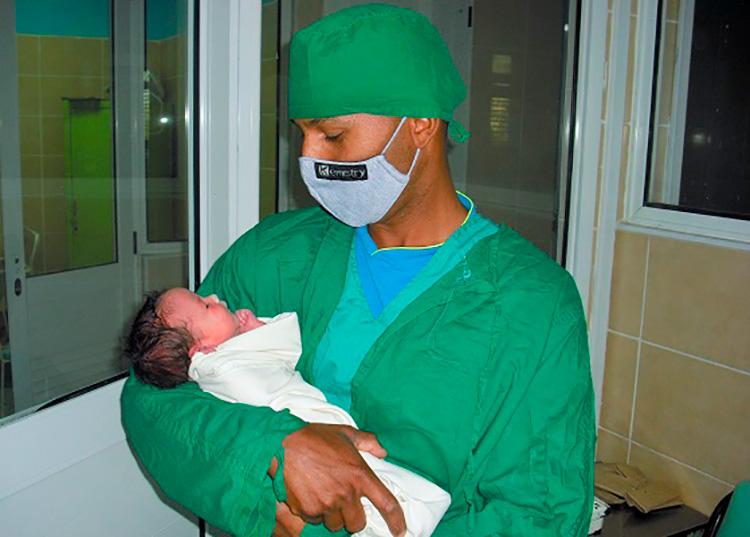 Madre e hija fuera de peligro tras primera cesárea a caso crítico de COVID-19