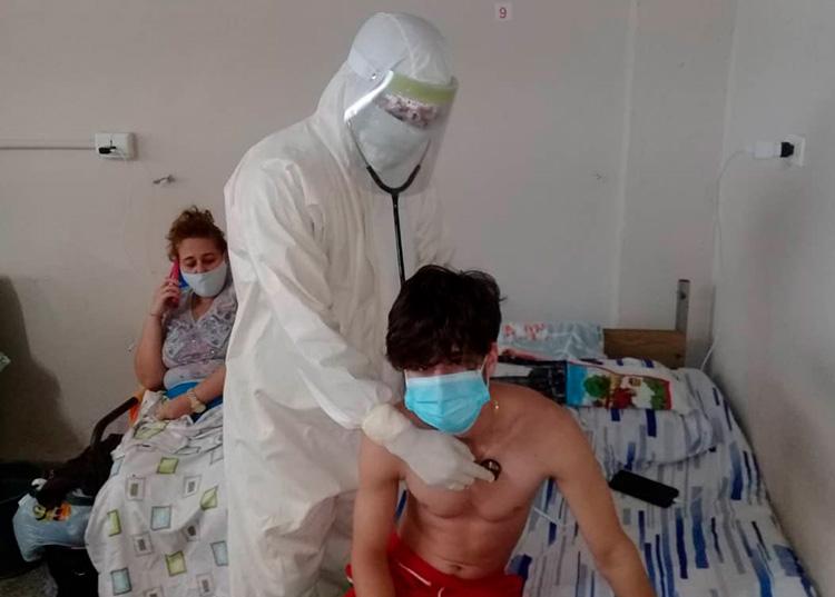 En la zona roja mientras examinaba a un paciente / Foto: Cortesía del entrevistado