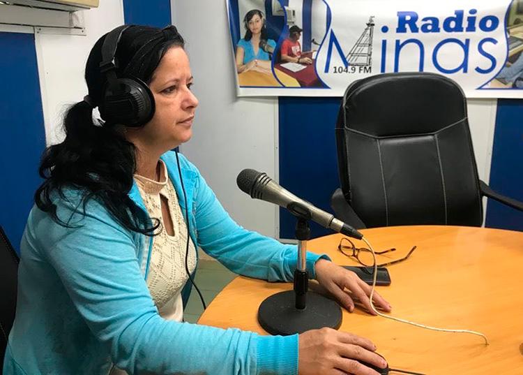 Anabel Cruz Duarte relató con mucha emoción aquellas primeras jornadas del 2004, cuando salieron los primeros programas de la emisora. / Foto:  Archivo de Radio Minas.