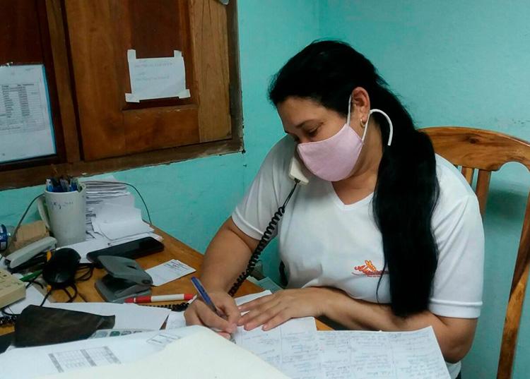 La administradora de Glykys, Aliocha Montoto Muñoz toma los pedidos de la población