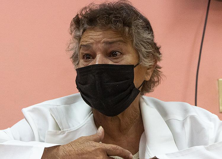 """María del Carmen Giniebra Rodríguez, directora del """"III Congreso"""", no alcanza para atender a todos aquellos que la abordan, al menos para saludarla. / Foto: Jaliosky Ajete Rabeiro"""