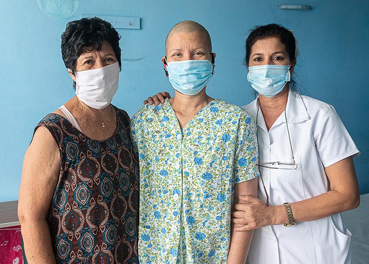 Mircia y su mamá junto a Sonia González Pérez, enfermera asistencial de la sala A de radioterapia. / Foto: Jaliosky Ajete Rabeiro