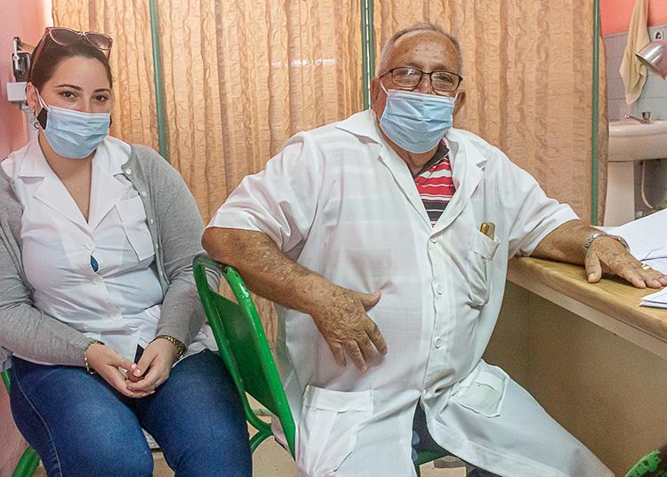 El doctor Roberto Lazo Carrera, ahora como profesor de su hija Alina María Lazo, quien cursa un internado vertical en Oncología. / Foto: Jaliosky Ajete Rabeiro