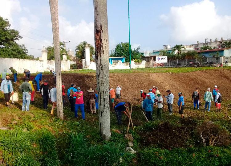 El sitio histórico Hoyo de Monterrey en San Juan y Martínez recibió a profesores y entrenadores del INDER que dieron impulso a la limpieza y mantenimiento del lugar