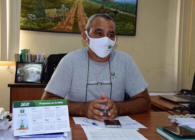 Julio González Hernández, director de la UEB Seguros Pinar del Río, afirma que el buen trabajo del agente de seguros garantiza que el proceso fluya satisfactoriamente. / Foto: Januar Valdés Barrios