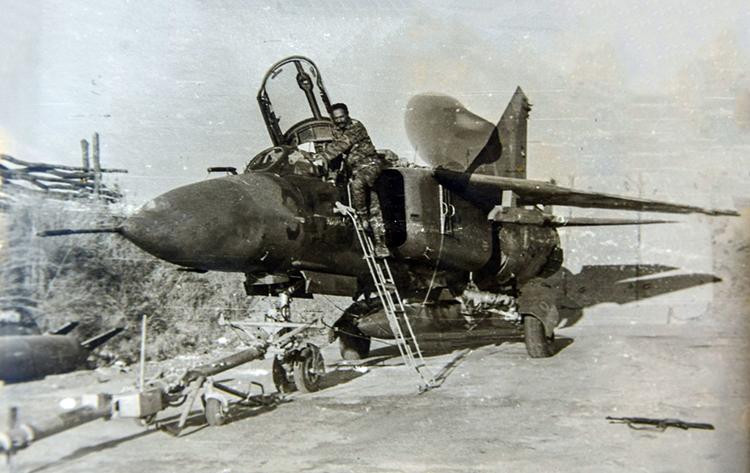 Preparación de un MiG-23 para el combate.