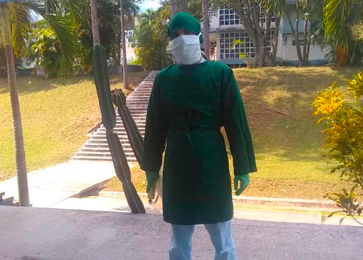Es la segunda vez que Reinaldo asiste al hospital de campaña para brindar su ayuda