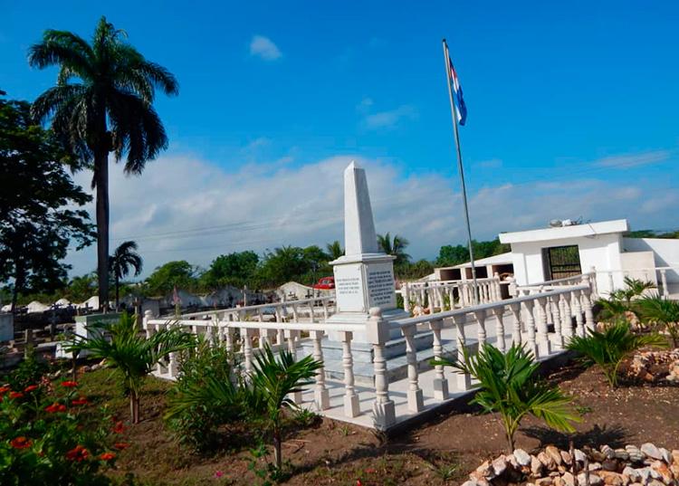 Vista del obelisco en el cementerio de Remanganaguas, mayo de 2016