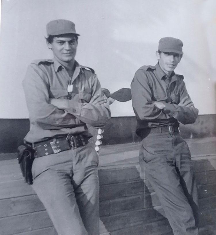 Wilfredo Casado a la derecha a la izquierda el teniente Manuel Verdalles en la misión militar cubana en Angola.