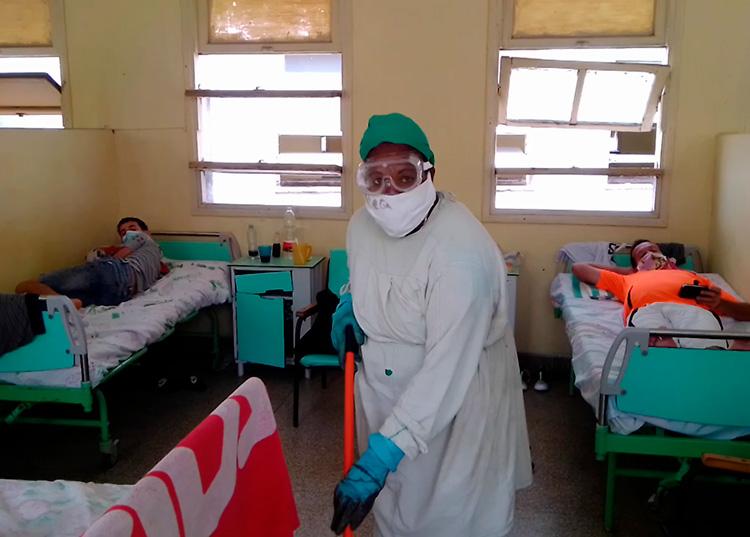 Con su labor de limpieza, Yusmari Chala Garrido contribuye a la higienización de la sala con pacientes positivos a la COVID-19.