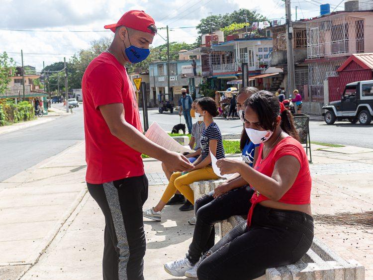 Un grupo de muchachos de la FEEM formaron brigada voluntaria en el Consejo Popular Hermanos Barcón.