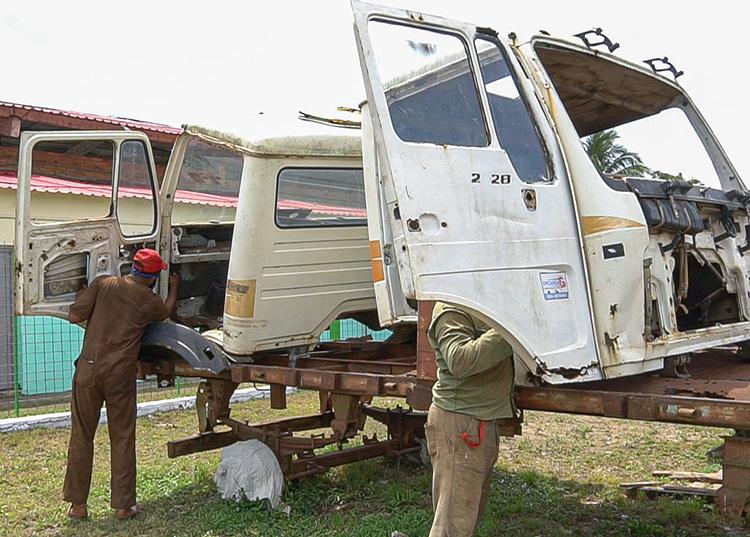 Hoy se continúa en la reparación y recuperación de dos cabinas. / Foto: Pedro Lázaro Rodríguez Gil