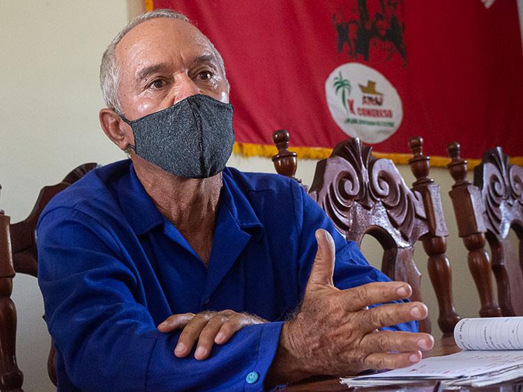 """Carlos Arrastía Liz, especialista de arroz de la """"Abel Santamaría"""", afirma que un tema que preocupa a la junta directiva de la CSS es el pago a los trabajadores indirectos."""