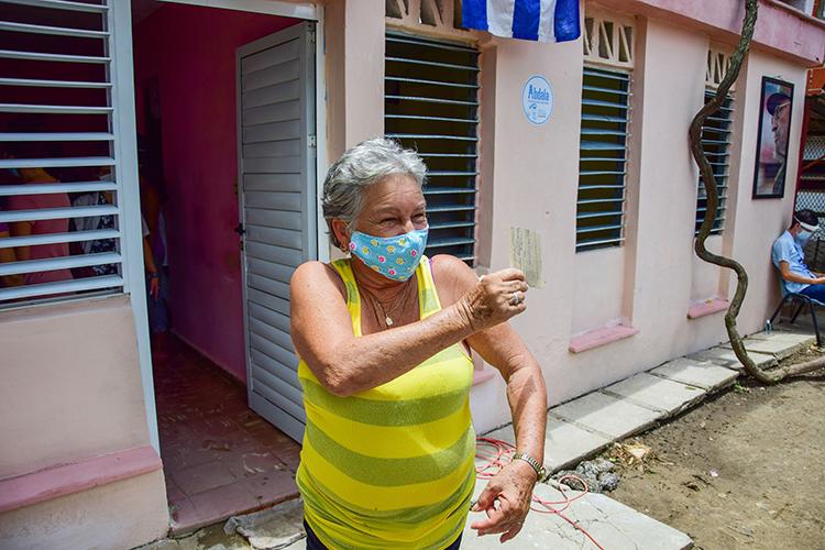 Cristina Maqueira Rodríguez fue la primera en vacunarse en el consultorio 146. Apenas puede dar las gracias por la oportunidad de proteger su vida.