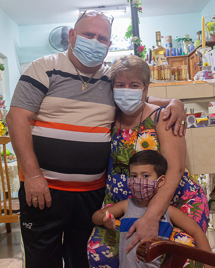 El doctor Jorge Rodríguez celebra en Pinar del Río, junto a su esposa Martha y el nieto Brian Rodríguez Curbelo, la dicha de sobrevivir a la COVID-19 y alerta que lo más importante es mantener las medidas. / Foto: Jaliosky Ajete