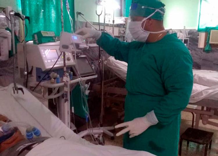La mayor parte de los médicos que se afanan aquí tienen diplomados en cuidados intensivos, mientras que los enfermeros son intensivistas o emergencistas. Todos tienen experiencia en el trabajo con pacientes enfermos de COVID-19