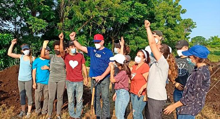 El presidente cubano Miguel Díaz-Canel Bermúdez participa junto a 100 jóvenes en un trabajo voluntario. / Foto: Cubadebate