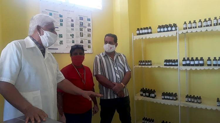 Carlos Callava, aparte de farmacéutico es un reconocido estudioso y profesor de todas las prácticas de la medicina tradicional.
