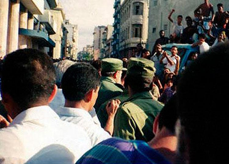 Fidel Castro, (en el centro) a las calles de Galiano y San Lázaro