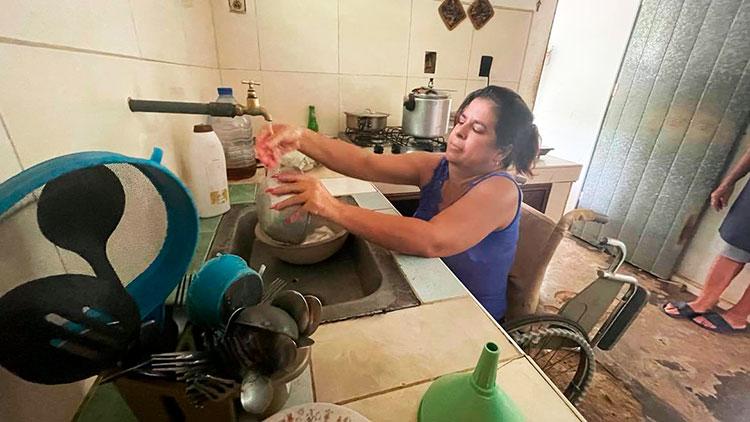 A pesar de su discapacidad, ella es por derecho propio dueña y señora de su hogar en todos los sentidos.