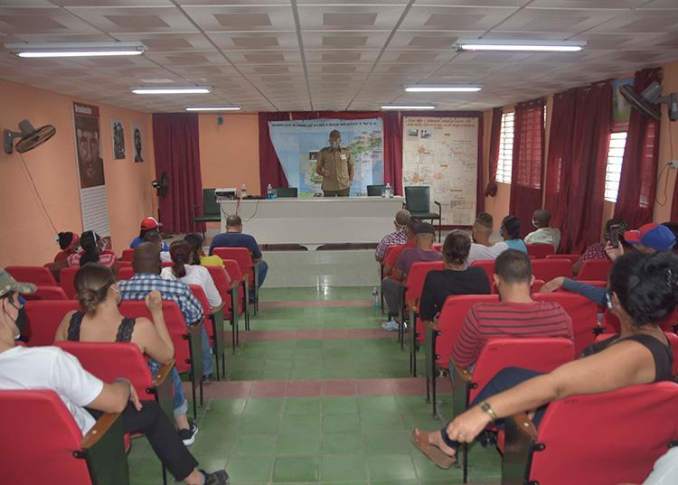 El combatiente Miguel Baullosa García compartió sus vivencias con un público mayoritariamente joven. / Foto: Pedro Paredes Hernández