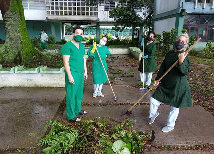 Las labores de recuperación tras los embates de Ida no se hicieron esperar. Aquí, jóvenes de la UPR asumen tareas de saneamiento en el hospital de campaña.