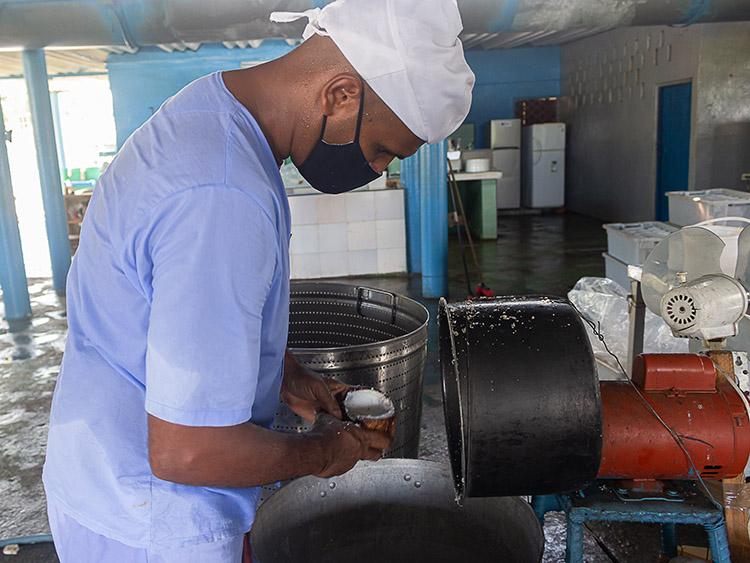 Para lograr la producción de dulce de coco inventaron una máquina que les humaniza el trabajo manual.