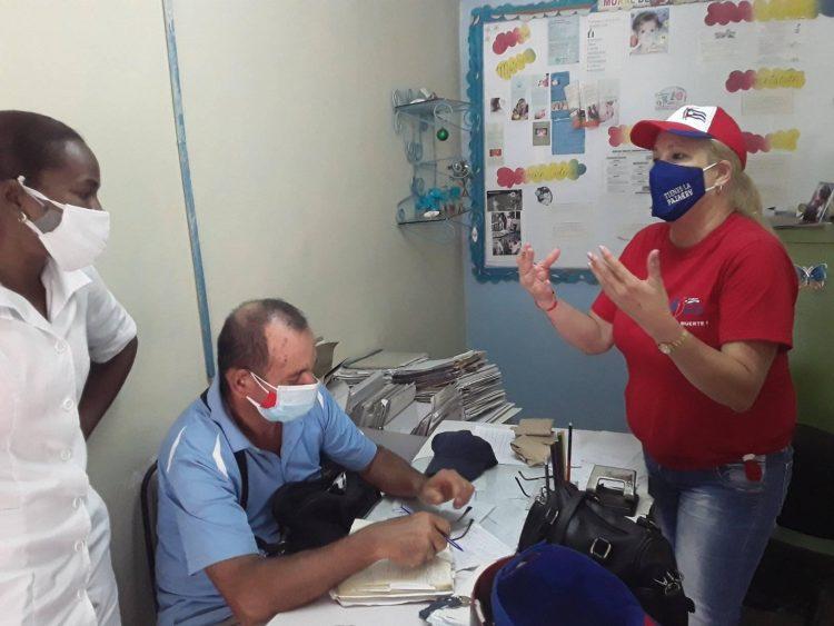 Intercambio con la enfermera Daynerys Moreno en los Consultorios 91 y 92 en el Consejo Popular Celso Maragoto.