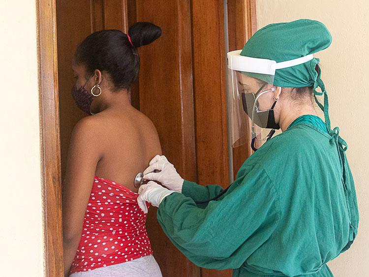 La doctora Arianna Pazos Negrín ya tiene experiencias anteriores en la zona roja. Esta vez considera que el trabajo directo con las gestantes requiere de mucha sensibilidad. Cada día se encarga de valorar su estado clínico y general.