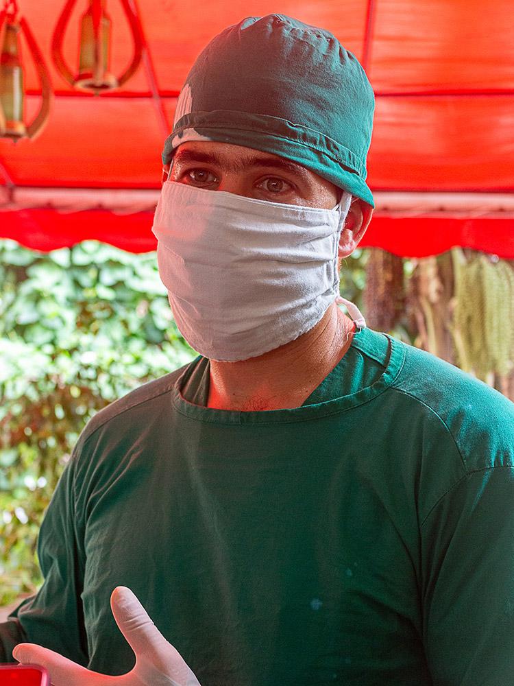 El ginecobstetra Manolo Berbe López no ha podido llegar a su hogar en San Juan y Martínez, luego de casi 50 días de ardua labor en Matanzas.