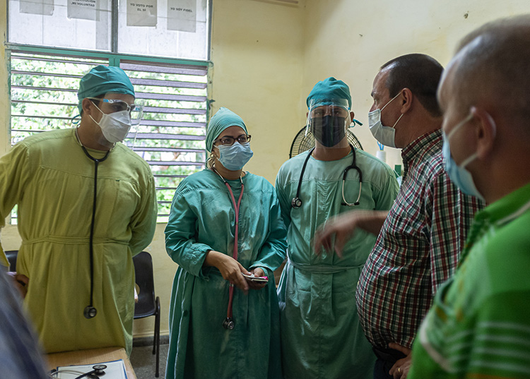 Hasta Pinar del Río llegaron varios equipos de trabajo con médicos y funcionarios del Minsap para ayudar en el enfrentamiento a la pandemia / Foto: Jaliosky Ajete Rabeiro
