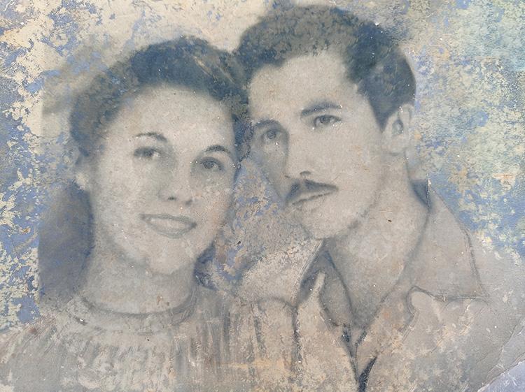 Aún logra conservar una foto de su juventud y otra de su esposa.
