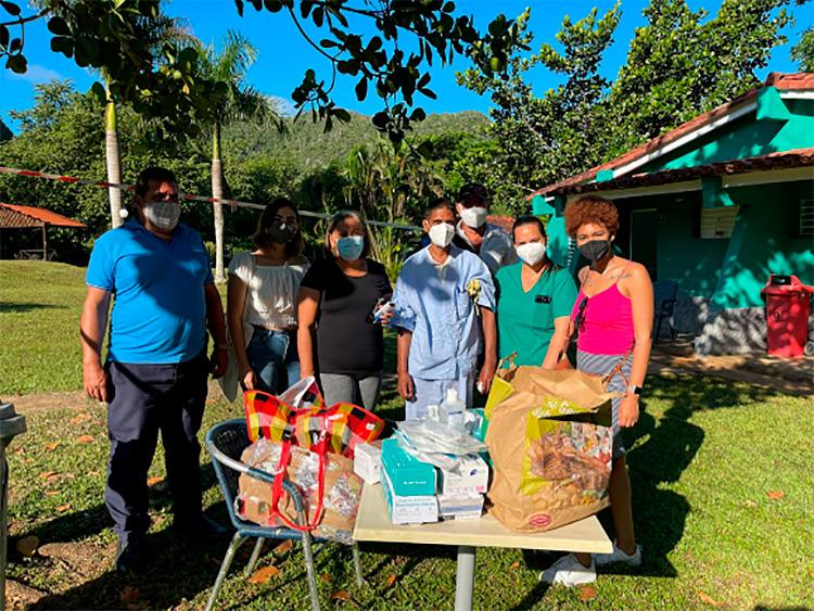 """Donación al Centro para Aislamiento de pacientes con Covid-19 en el campismo"""" Dos Hermanas """"de Viñales. / Foto: Ivón Deulofeu."""