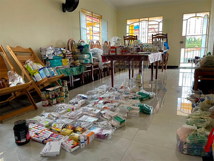 La donación fue clasificada en la casa de la tía de Yadira, la doctora Olga, en Viñales. / Foto: Ivón Deulofeu.