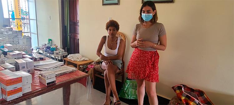 Cubanos residentes en Austria, hicieron posible un donativo de medicamentos, insumos y alimentos destinado a Viñales. Yadira y Eliana en Viñales. / Foto: Ivón Deulofeu.