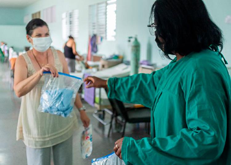En el momento de nuestra visita los pacientes recibían un módulo de aseo, parte de una donación del Consejo de Iglesias de La Habana / Foto: Jaliosky Ajete Rabeiro